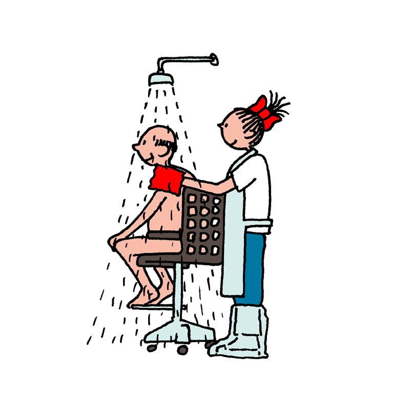 Goede situatie: Zorg ervoor de zorgvrager in een hoog-laag verstelbare douchestoel zit, dat u als zorgverlener een schort voor heeft en douche schoenen.
