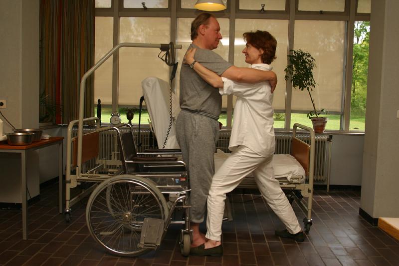 Sta stabiel terwijl de zorgvrager kleine pasjes maakt naar de rolstoel. Gebruik een draaischijf als hij dat niet kan (bron: TNO Kwaliteit van Leven)